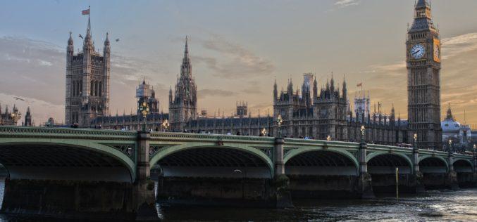 Reino Unido prohibirá venta de vehículos diésel y de gasolina para 2040