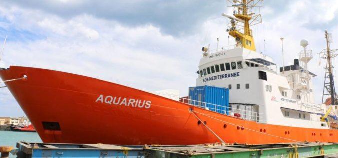 """Migrantes del """"Aquarius"""" llegan a puerto en España tras agotador periplo"""