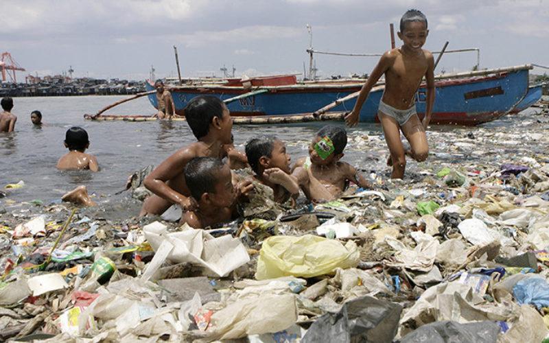 Así es el mar de plástico de la Bahía de Manila que cobija a miles de familias